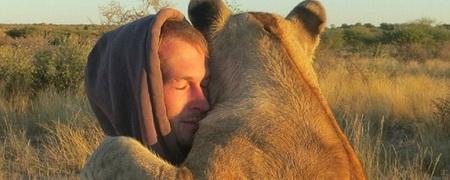 Photo of Ніжність левиці до людини