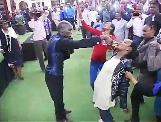 Photo of Пастор зміцнює віру прихожан, змушуючи їх пити бензин