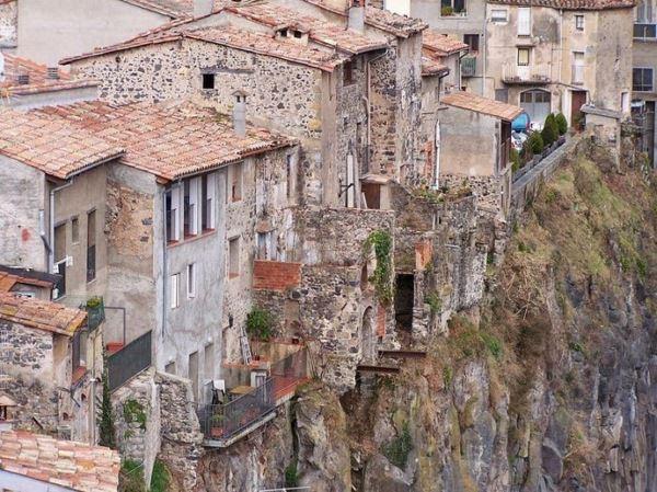Photo of Кастельфольіт-де-ла-Рока — село на скелях