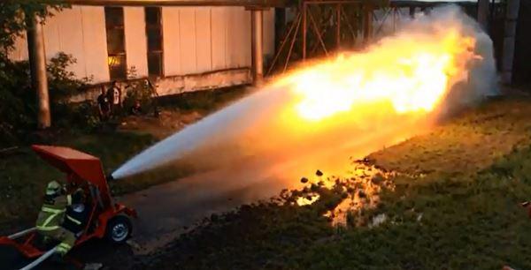 Photo of Що буде якщо проти водомета включити вогнемет (відео)