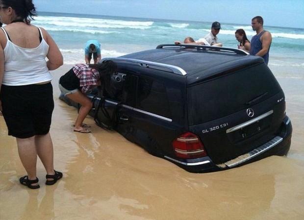Photo of Власник припаркував свій Mercedes на узбережжі