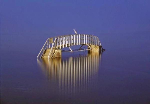 Photo of Міст посеред моря в Белхейвен Бей
