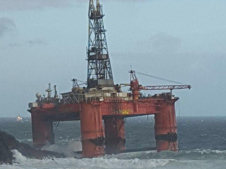 Photo of У Великобританії сильний вітер викинув на берег нафтову платформу (фото)