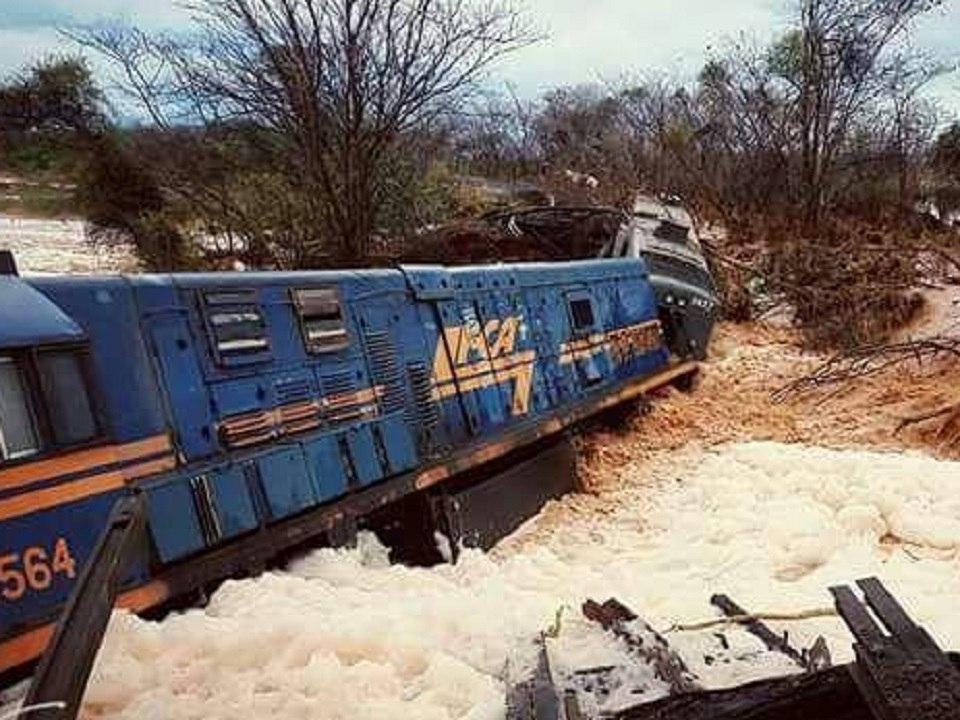 Photo of У Бразилії потоком води було змито з дороги залізничний потяг
