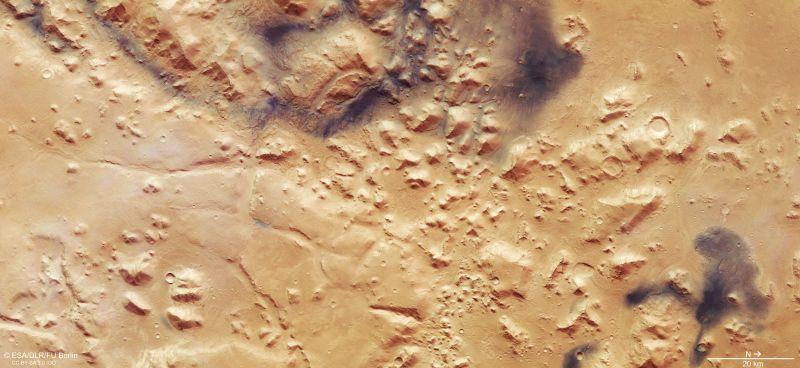 Photo of ЄКА опублікувало фотографії Марса, які демонструють дихотомію півкуль