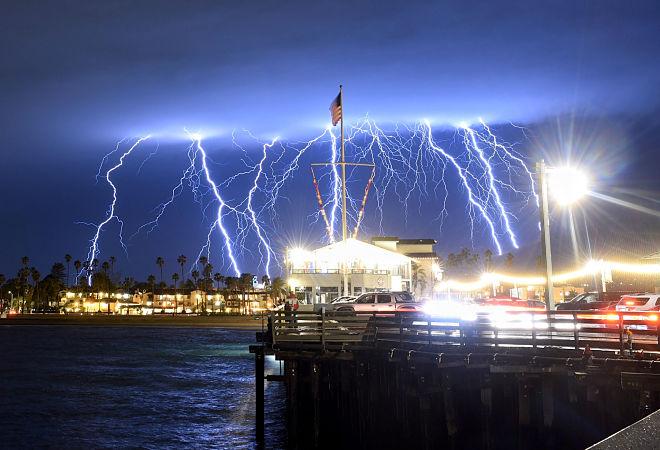 Photo of Блискавки влаштували нічне шоу в Південній Каліфорнії
