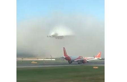 Photo of Посадка авіалайнера в сильний туман