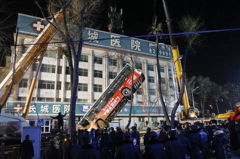 Photo of Величезна воронка поглинула автобусну зупинку в Китаї