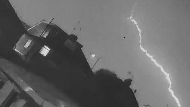 Photo of Блискавка влучила в літак у небі над Британією