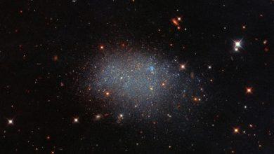 Photo of Hubble показав карликову галактику KK 246 — вона схожа на блискітки на папері