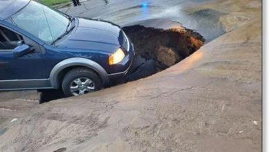 Photo of Припаркована машина провалилася в карстову воронку в Чикопи, штат Мен