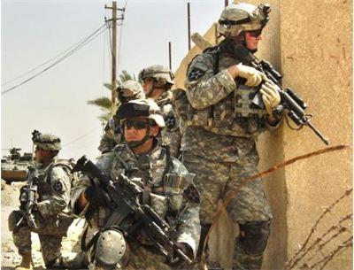 Солдат одягнуть у броню Залізної людини