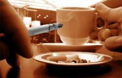 Курцям потрібно пити багато кави та чаю
