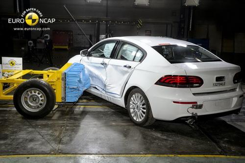 Qoros 3 названий найбезпечнішим автомобілем 2013 року (3)