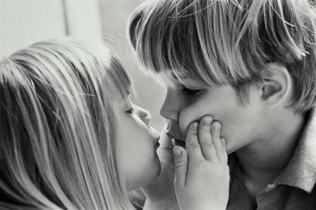 Вчені: чим корисні та небезпечні поцілунки
