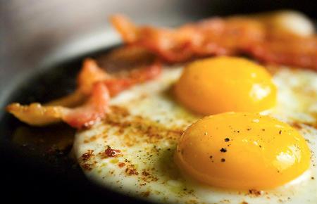 Вчені з'ясували, що яєчня з беконом - прямий шлях до недоумства