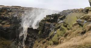 Водоспад тече вгору (відео)