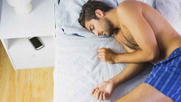 Лікарі радять не заряджати сучасні ґаджети в спальні