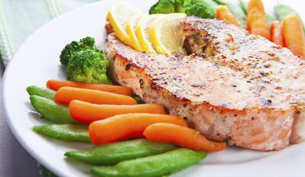 Grilled salmon with vegetables and lemon