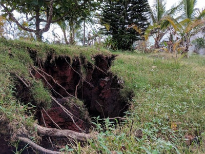 Огромные дымящиеся трещины разрывают Гавайи на части
